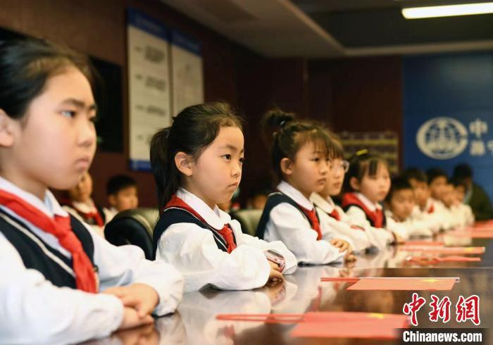 小学生走进项目工地 听全国青年岗位能手讲故事