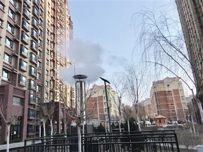 1月4日12时许,小区锅炉房烟囱冒起了白烟。