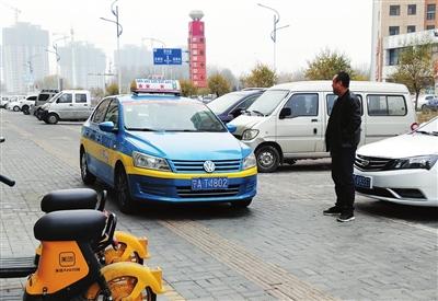 在停车场内,车辆进出都会轧着盲道走。