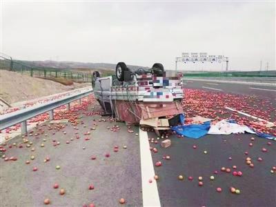 货车高速路翻车      散落一地西红柿