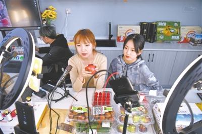 <p>银川兴庆区月牙湖乡现代农业示范园区,主播通过抖音推介当地特色农产品。</p>